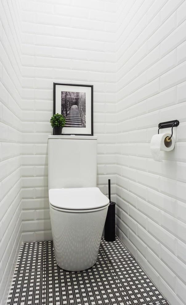 Отделка белой плиткой кабанчик стен небольшого туалета