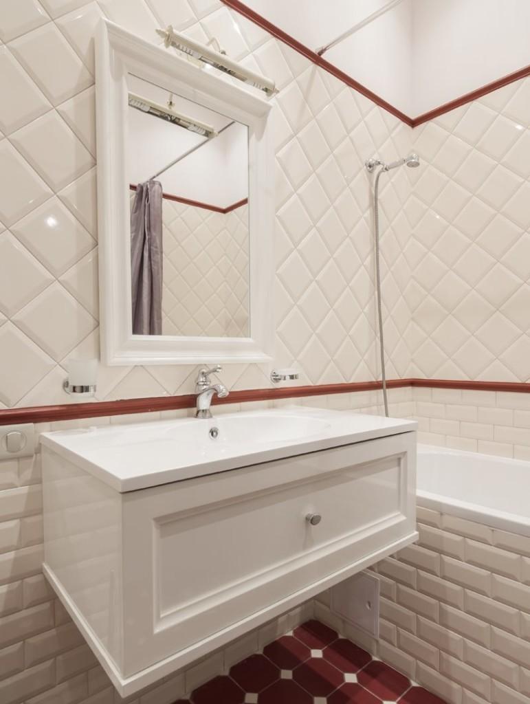 Диагональная укладка квадратной плитки на стене ванной
