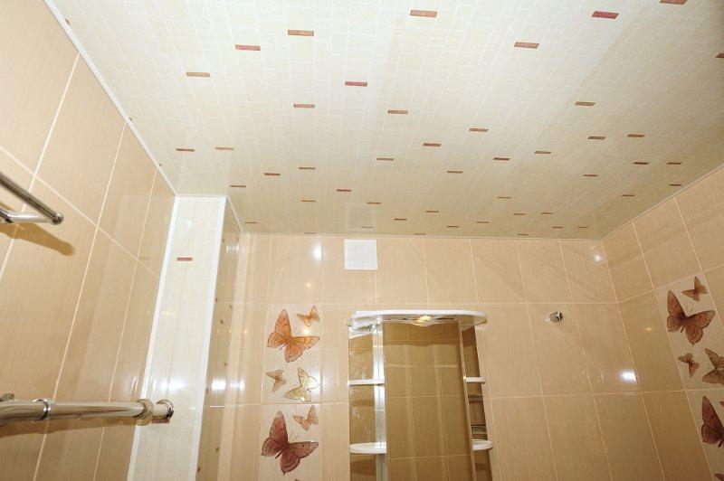 Облицовка стен ванной комнаты бежевыми панелями из ПВХ