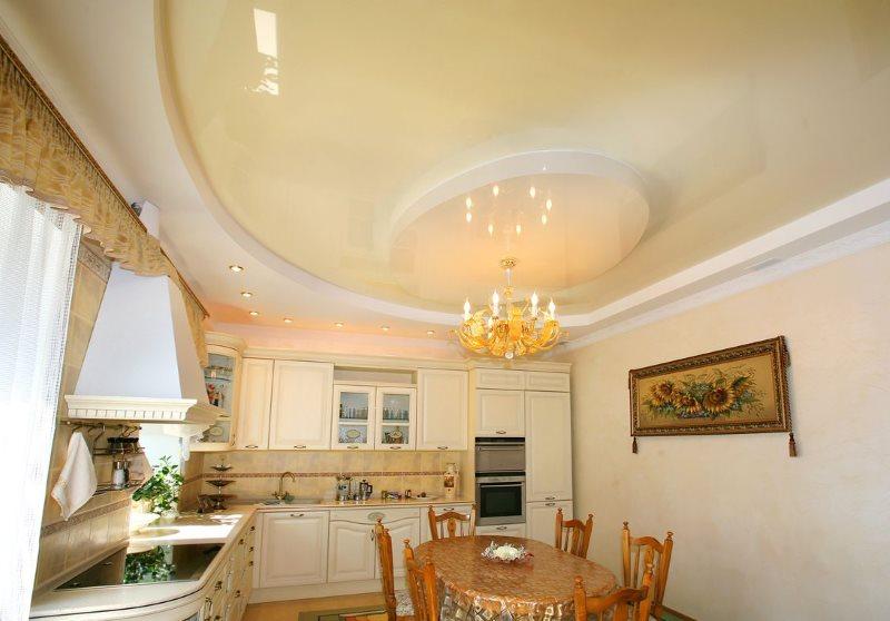 Бежевое полотно натяжного потолка кухни