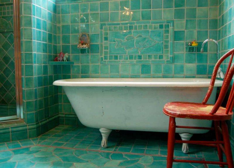 Бирюзовая напольная плитка в ванной ретро-стиля