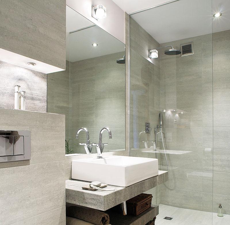 Яркое освещение пространства небольшой ванной комнаты