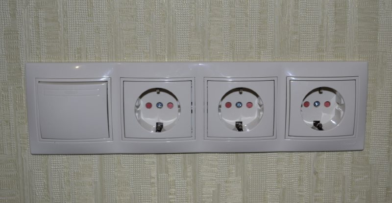 Блок розеток с выключателем на стене рядом с ванной