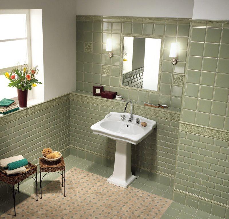 Белый умывальник в ванной частного дома с окном