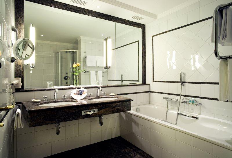 Большое зеркало на стене малогабаритной ванной