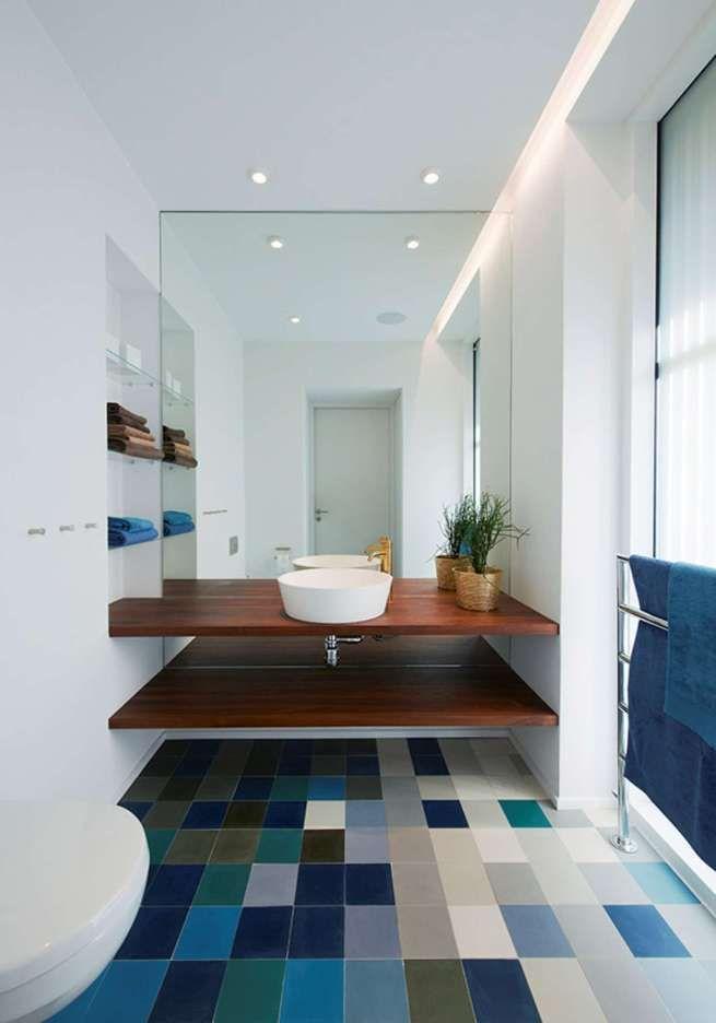 Разноцветная плитка на полу просторного туалета
