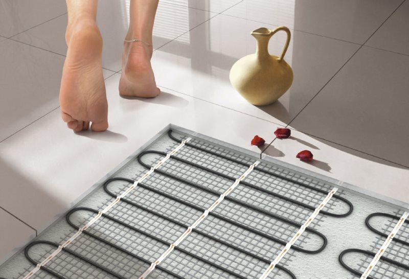 Керамический кувшин на полу с электрическим подогревом