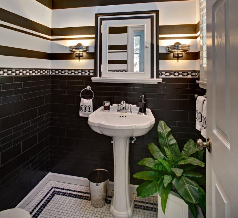 Комбинированная отделка небольшого туалета
