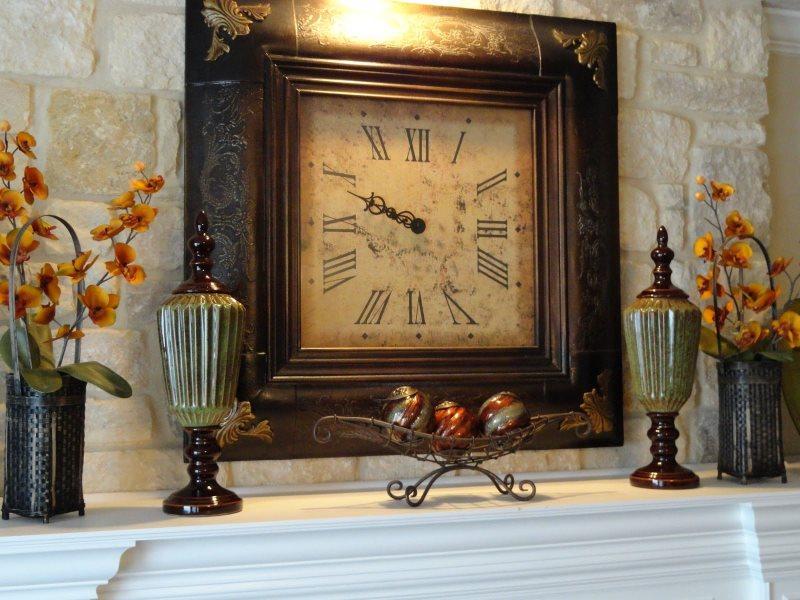 Декор портала над камином настенными часами