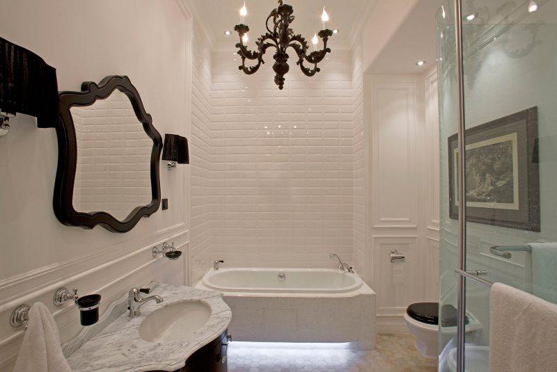 Зеркало в черной оправе на белой стене ванной комнаты