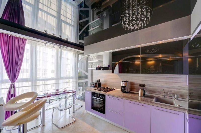 Черный натяжной потолок в кухне с большими окнами
