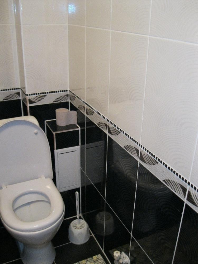 Интерьер туалета в черно-белом цвете