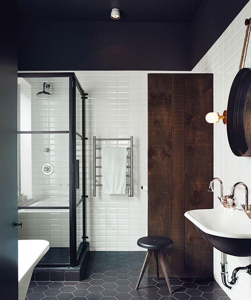 Черный потолок ванной с деревянной дверью