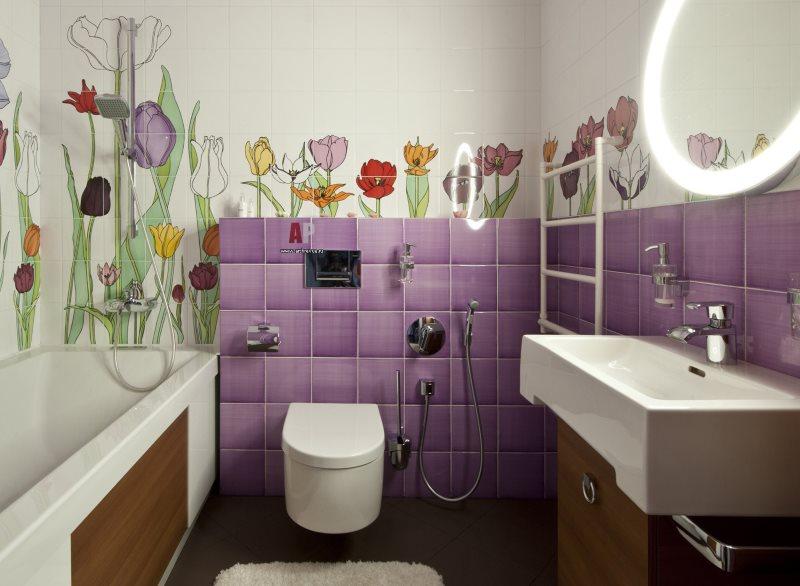 Сиреневая плитка на стене ванной комнаты небольшого размера