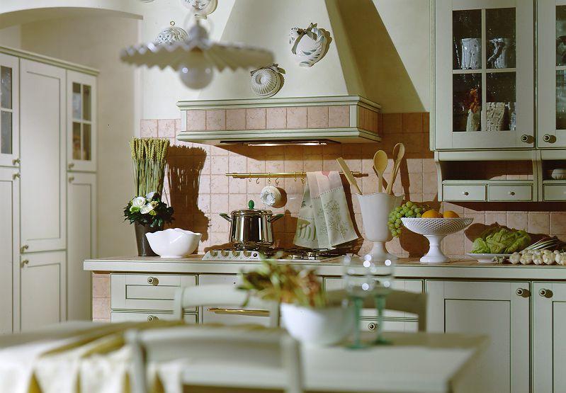 Купольная вытяжка на плитой в кухне итальянского стиля