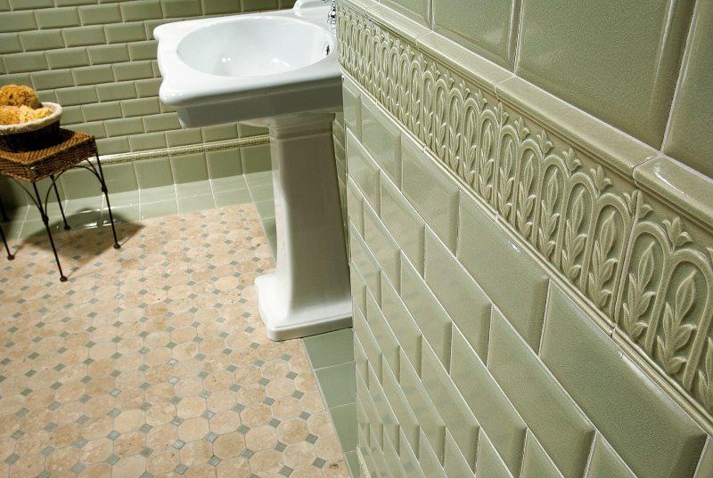 Декоративная вставка из керамики на стене ванной комнаты