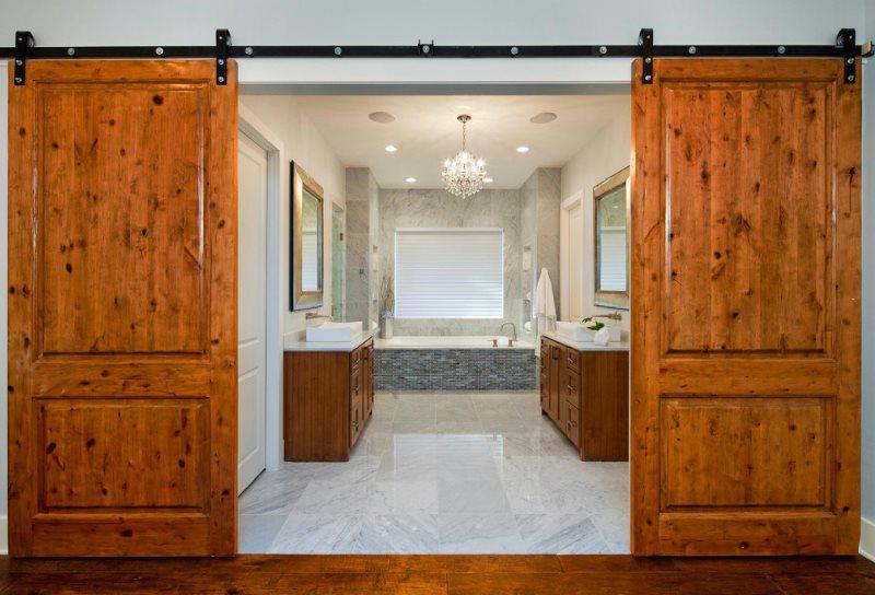 Деревянные раздвижные двери в ванной современного стиля
