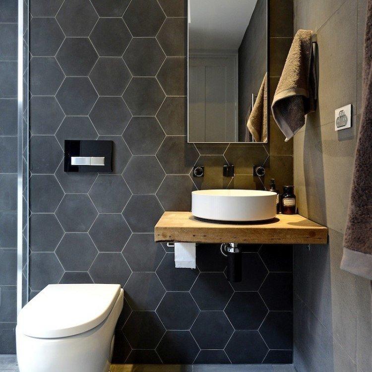 Серая плитка в форме сот на стене компактного туалета