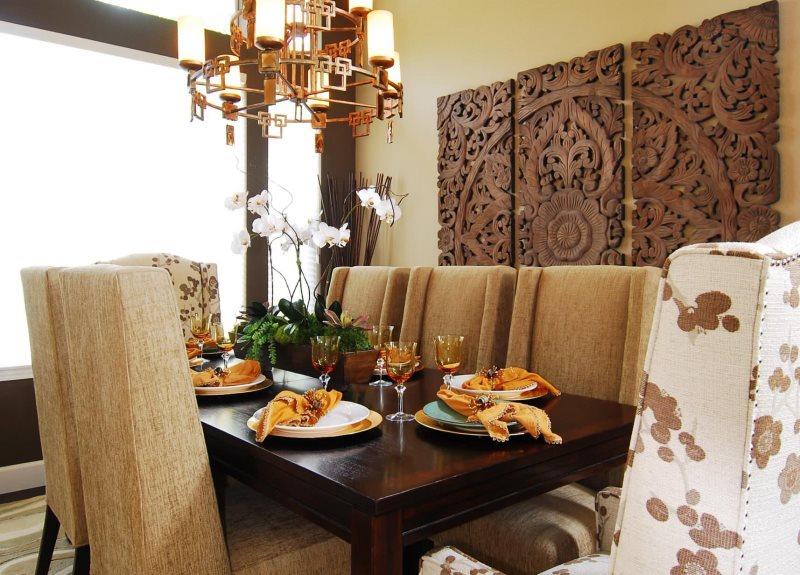 Декор деревянным панно стены в столовой частного дома