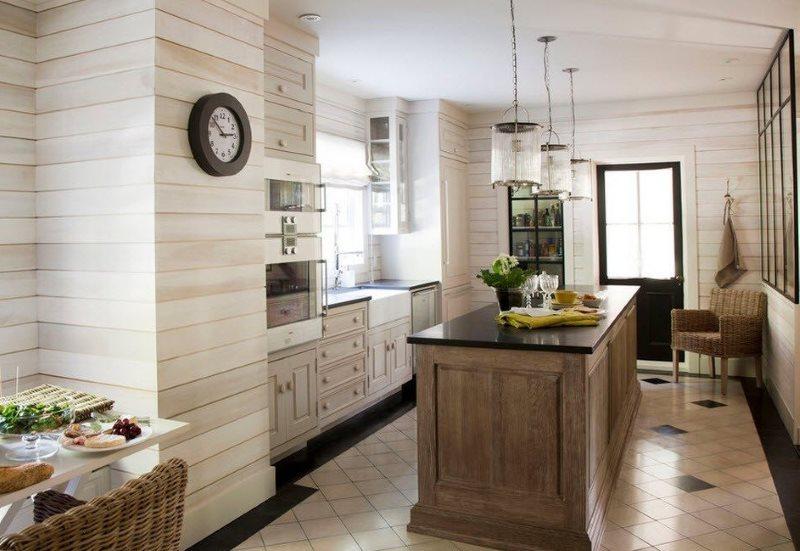Деревянные панели на стене кухни загородного дома