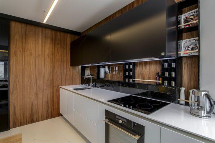 Линейный гарнитур в кухне с пластиковыми панелями