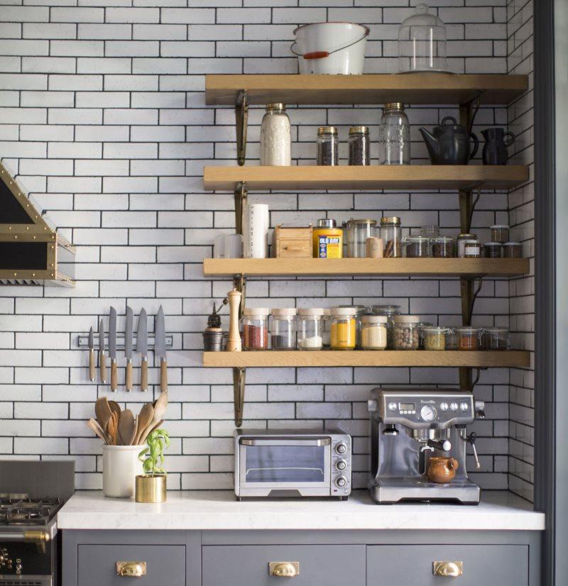 Полки из досок на кирпичной стене кухни