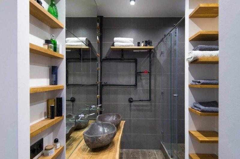 Деревянные полочки в ванной с серой плиткой