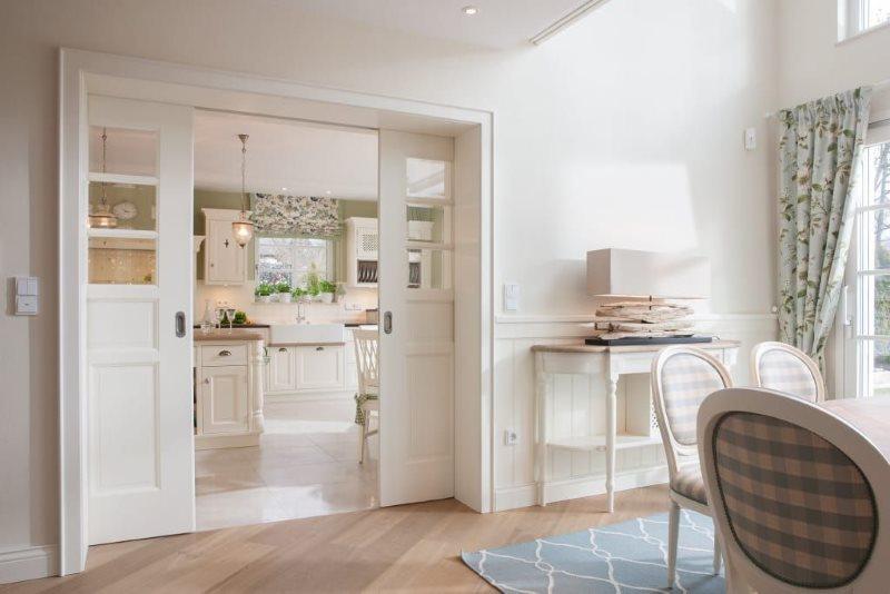 Раздвижные двери в гостиной стиля прованс