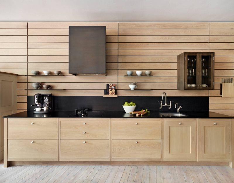 Подвесные шкафы и полки на стене кухни с деревянными панелями
