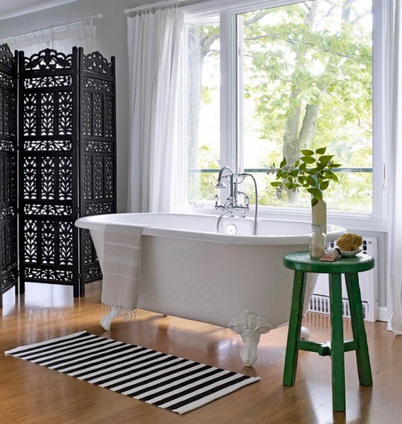 Доски из лиственницы на полу ванной комнаты