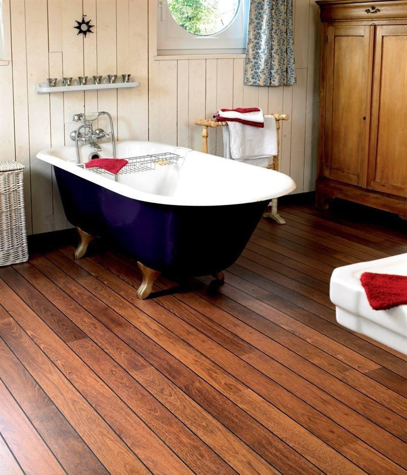 Ванная комната частного дома с полом из тика
