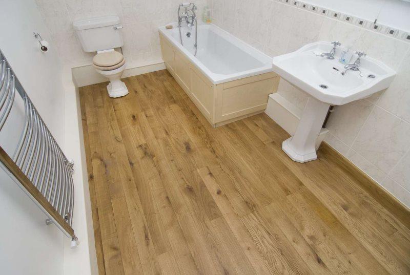 Пол из ясеня в ванной комнате деревянного дома