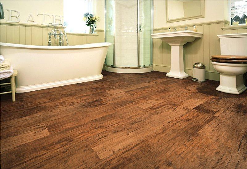 Имитация старого деревянного покрытия на полу ванной комнаты
