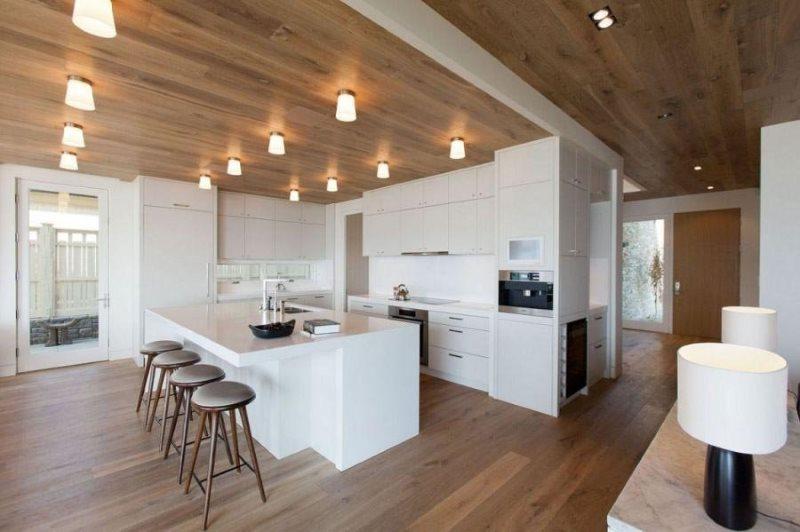 Потолочные светильники в рабочей зоне кухни-гостиной