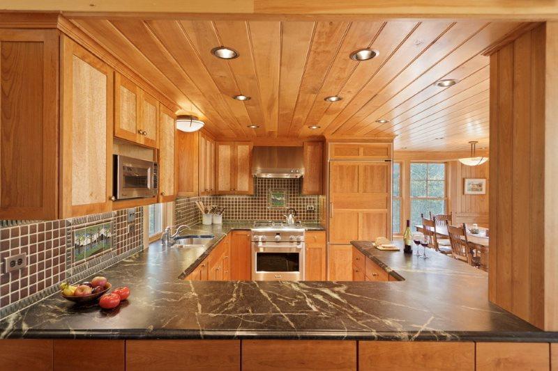 Деревянная отделка потолка кухни в частном доме