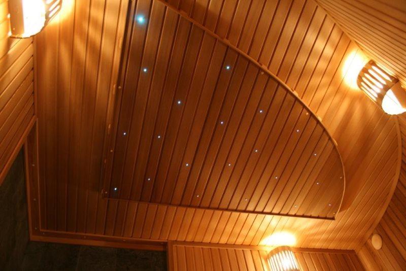 Деревянные рейки на потолке туалета в частном доме