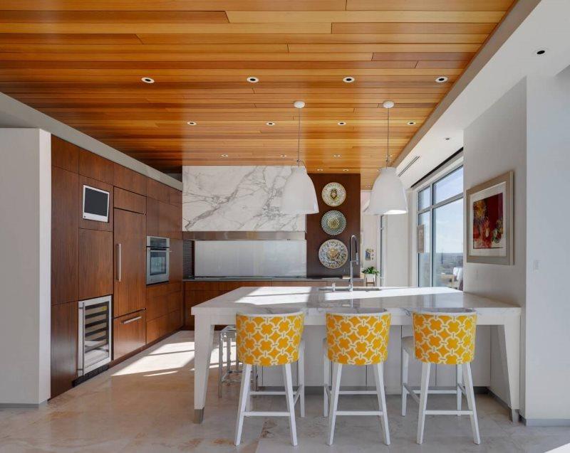 Деревянные панели на потолке кухни-гостиной