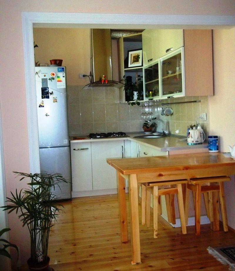 Кухонный стол из лакированного дерева