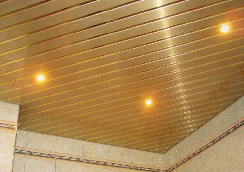 Точечные светильники на потолке с диагонально расположенными рейками