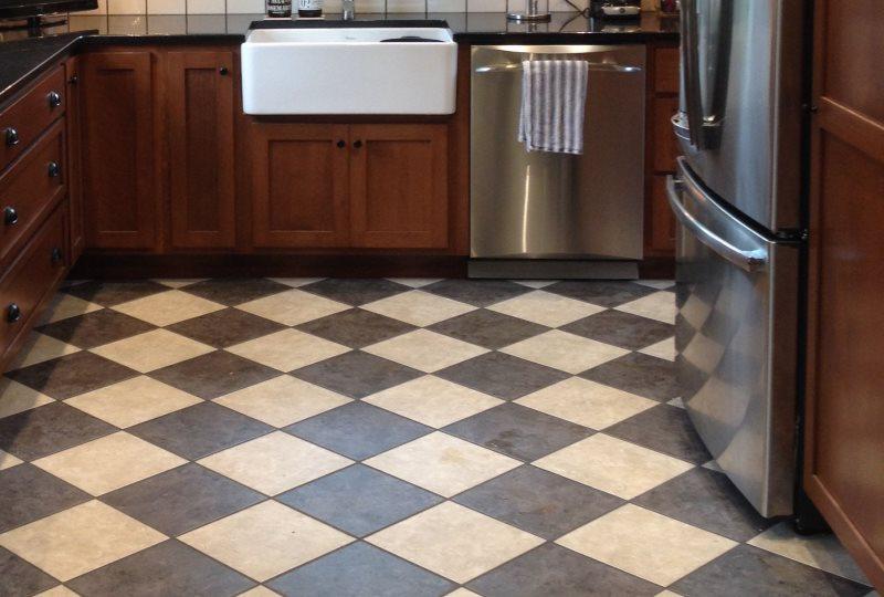 Диагональная укладка плитки на полу маленькой кухни