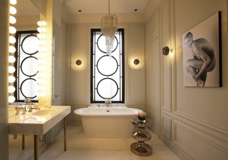 Стеклянная люстра на потолке классической ванной