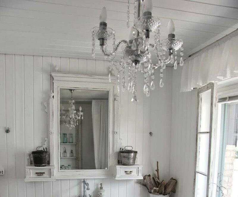 Стеклянная люстра на деревянном потолке
