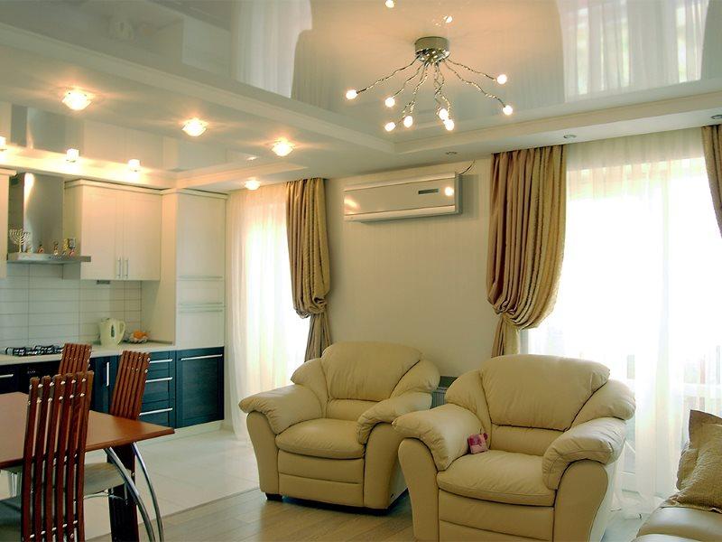 Два удобных кресла в кухне-гостиной с натяжным потолком