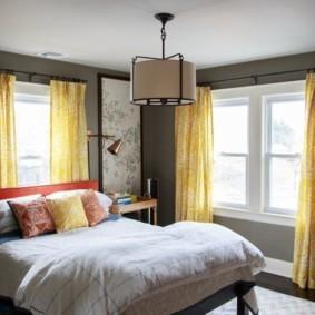 два окна в спальне интерьер