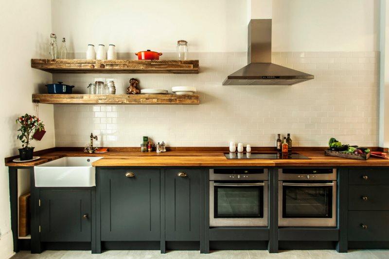 Настенная вытяжка на кухне с открытыми полками