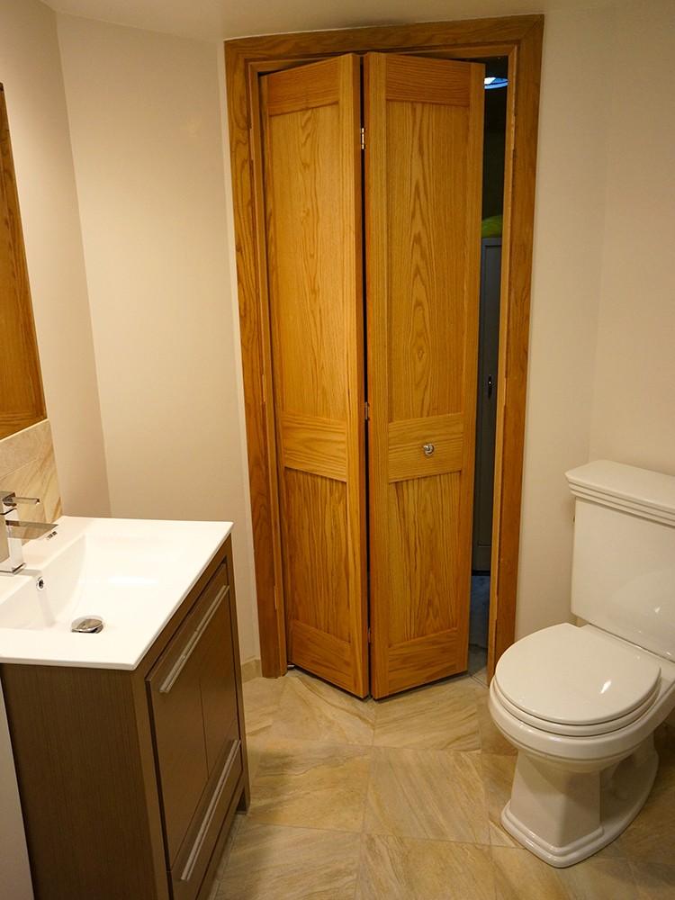 Деревянная дверь-книжка в туалете частного дома