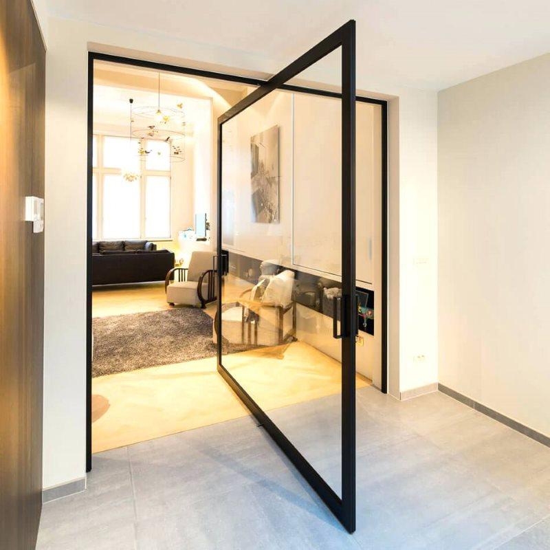 Прозрачная дверь маятник в проеме кухонной стены