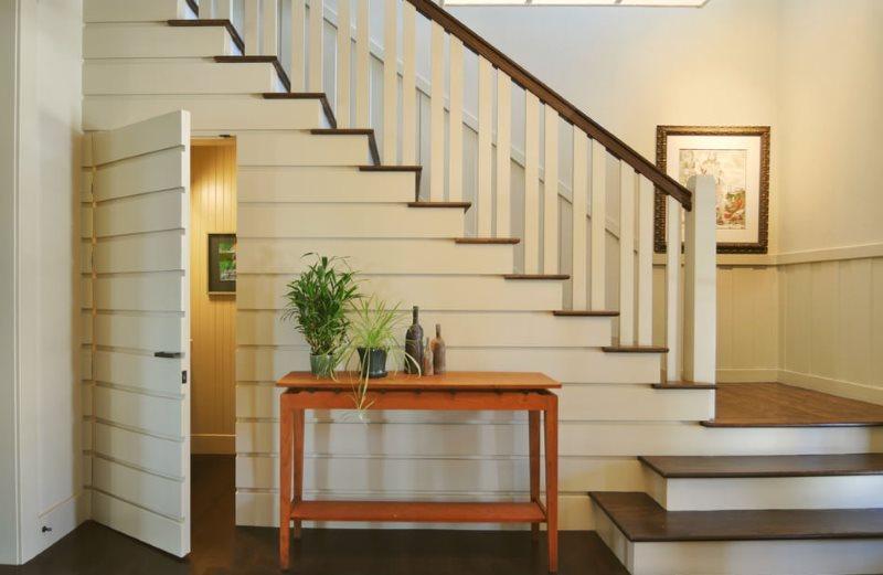 Маскировка двери в туалет под лестницей