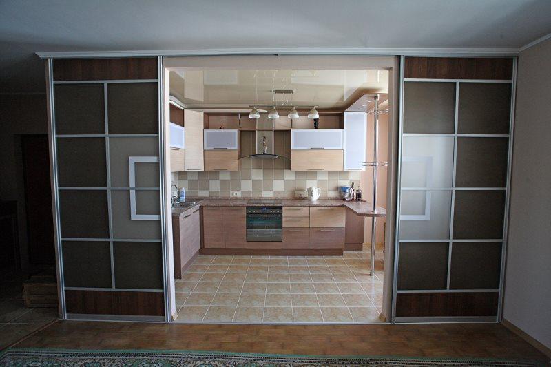 Двери-купе в кухне-гостиной