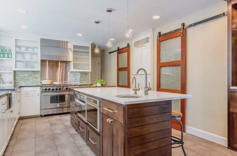 Раздвижные двери на роликах между кухней и гостиной